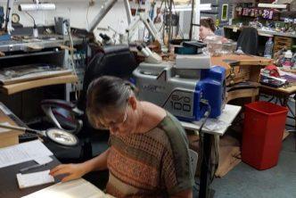 Dumaine bijoutier à Lagnieu dans l'AIN - Thierry Dumaine se partage entre son atelier de réparation et sa boutique au centre de Lagnieu.
